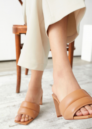 Gewatteerde sandalen met hak