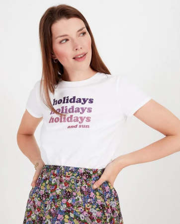 Wit T-shirt met opschrift 'Holidays, holidays, holidays and sun'