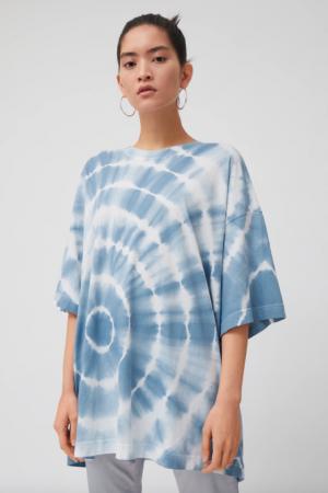 T-shirt met wit-blauwe tie-dye