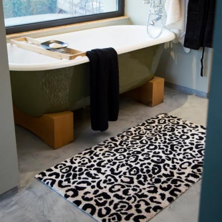 Witte badmat met zwart luipaardmotief