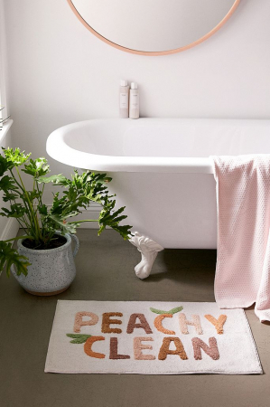 Witte badmat met opschrift 'Peachy clean'