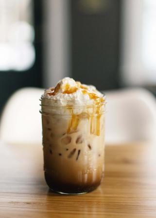 IJskoffie met slagroom en marshmallows