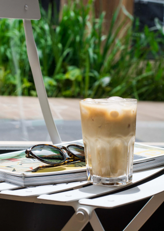 Iced latte met honing en kaneel