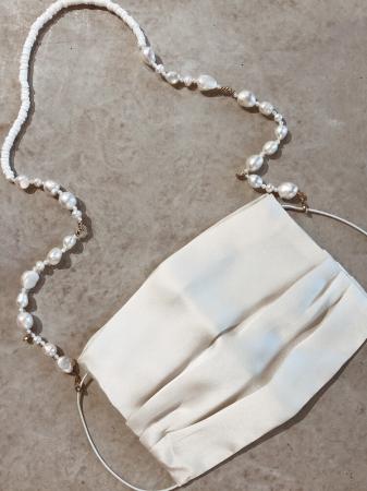 Witte ketting uit parels en schelpjes