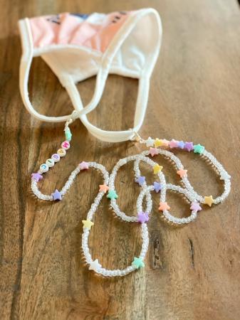 Transparante ketting met pastelkleurige sterren