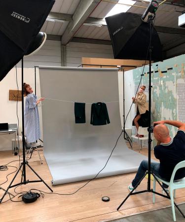 Moderedactrice Catherine en visagiste Florence maakten zich nuttig achter de schermen van onze modeshoot.