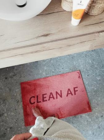 Roze badmat met opschrift 'Clean AF'