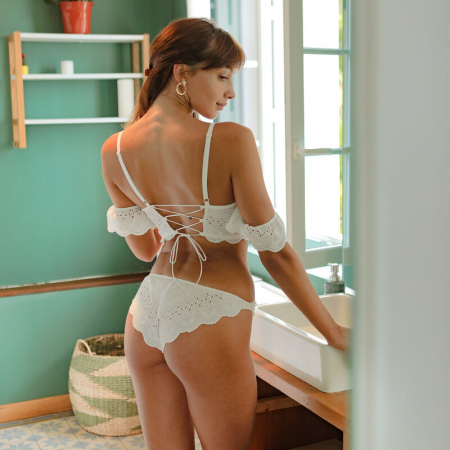 Wit lingeriesetje met broderie anglaise