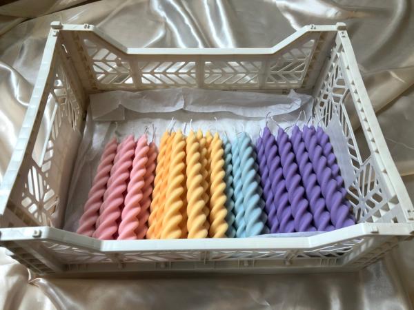 Set van twee spiraalvormige dinerkaarsen in verschillende tinten