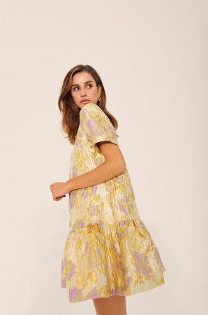 Goudkleurige mini-jurk met korte mouwen en rugdecolleté in jacquard