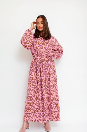 Roestbruine maxi-jurk met roze grafische print en lange mouwen