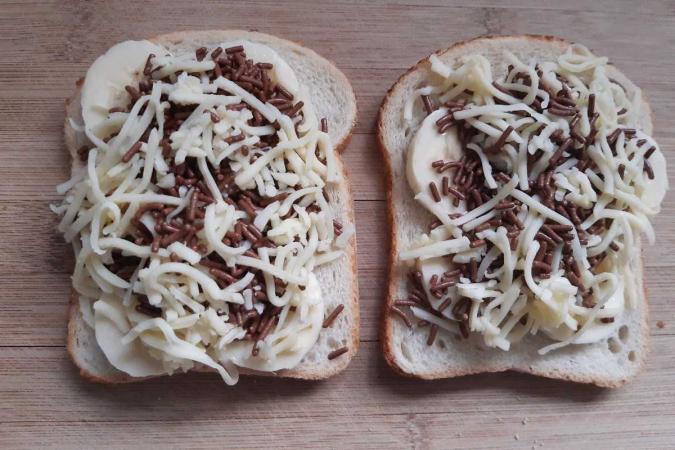 Boterham met banaan, chocolade en gemalen kaas