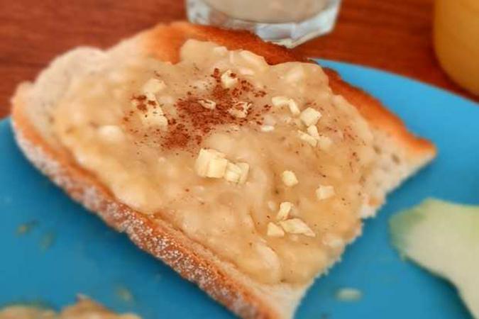 Toast met banaan, kaneel en gember