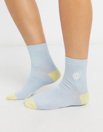 Lichtblauwe sokken met geel accent aan de hiel