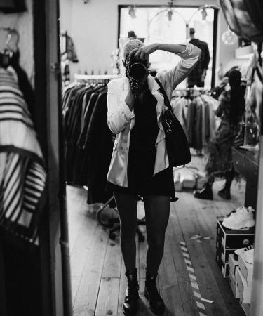 Moderedactrice Catherine en fotografe Irmy gingen op zoek naar de grootste vintageliefhebbers en leukste tweedehandsboetieks, van de rommelmarkt tot De Kringwinkel.