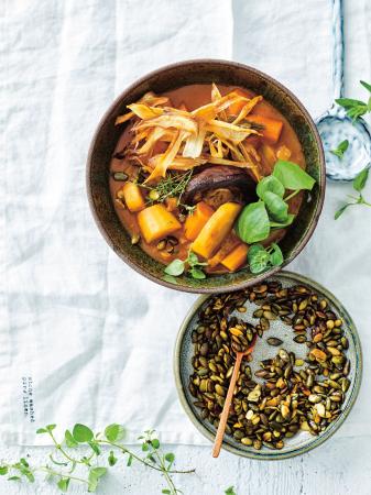 Stoverij van wortelgroenten en portobello