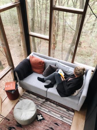 Moment de lecture dans le canapé du Glass Cube