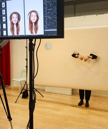 Kiekeboe! Voor de fotoshoot met lezeressen met een fijne job sneed de fotograaf gaten in de achtergrond, zodat enkel hun hoofd en armen nog zichtbaar waren.
