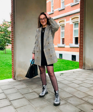 Online moderedactrice Chloë: 'Deze oversized blazer komt eigenlijk uit mama's kleerkast. Zij kocht hem in de eighties, maar heeft hem al die tijd goed bewaard.'