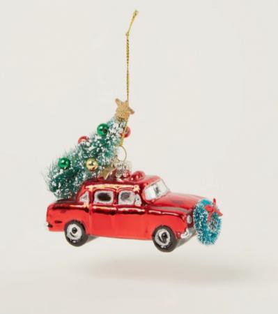 Versierde auto met kerstboom op
