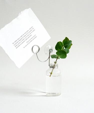 Nog een originele manier om een kaartje te geven: in een houder met vaasje. Een bloempje (gedroogd of niet) en kaartje moet je zelf nog voorzien.