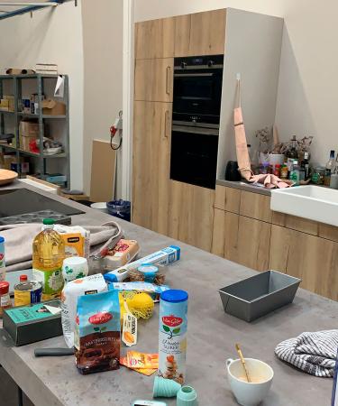 Redactrice Robine: 'De Zon(dig)dagopnames verhuisden van mijn eigen keuken naar een iets professionelere setting. Vanaf nu maak ik de zaligste receptjes in onze opnamekeuken in Kontich.'