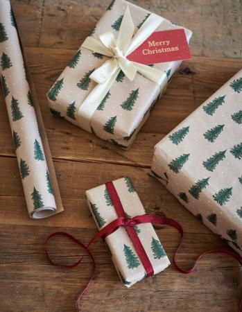 Cadeaupapier met dennenbomen