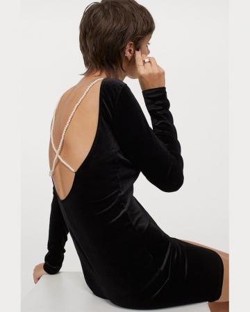 Zwarte jurk met kralenbandjes