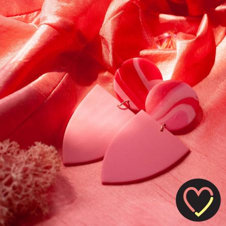 Roze-rode oorbellen vervaardigd uit klei 'Eira Blush'