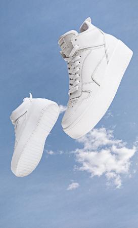 Des baskets blanches montantes
