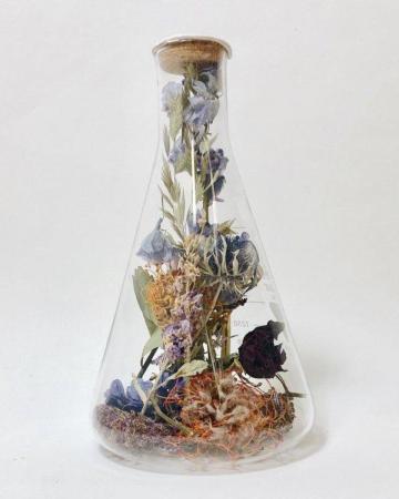 Gerecycleerd glaswerk met gedroogde bloemen