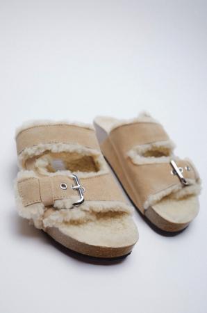 Des sandales plates effet mouton