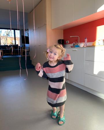 Elia (4,5) in de prachtige groene sandalen die styliste Liza Babylon voor haar mama Siel uitzocht voor onze bubbelfeestshoot.