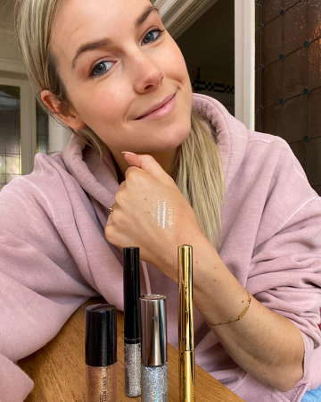 De juiste glittereyeliner uitkiezen is een zorgvuldig proces. Beautyredactrice Charlotte testte vier verschillende liners voor haar feestlook.