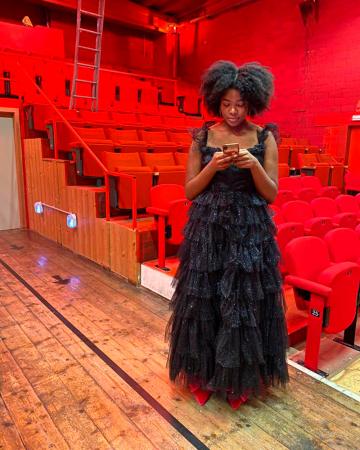 De locatie voor onze feestshoot: het charmante Theater Tinnenpot in Gent, waar model Keesha de spotlight stal in glitterbroeken en galajurken.