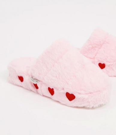 Roze pantoffels met rode hartjes