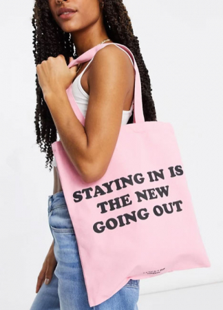 Roze totebag met opschrift 'Staying in is the new going out'
