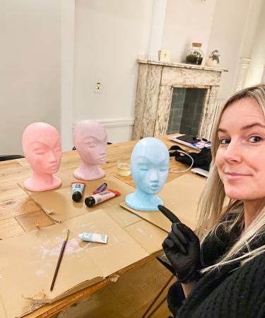 Nu we even niet meer met lezeressen konden shooten vanwege de maatregelen, behoort mannequins schilderen ook even tot het takenpakket van beautyredactrice Charlotte.