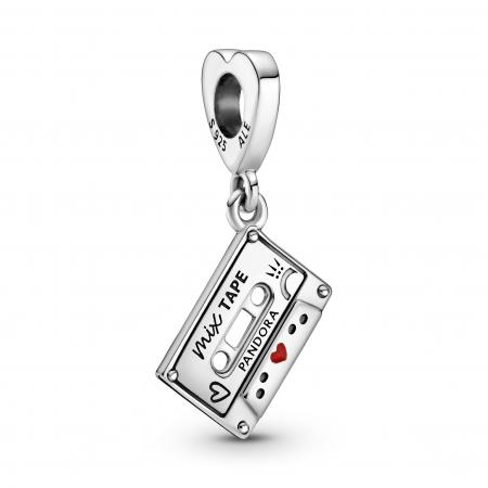 Cassette audio en argent et cœur en émail – 39€