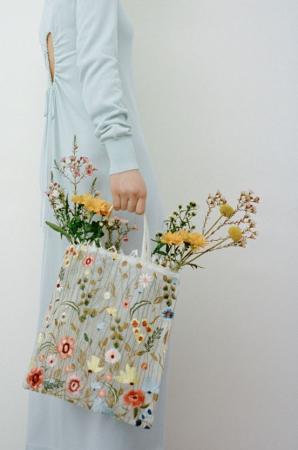 Shopper met geborduurde bloemen