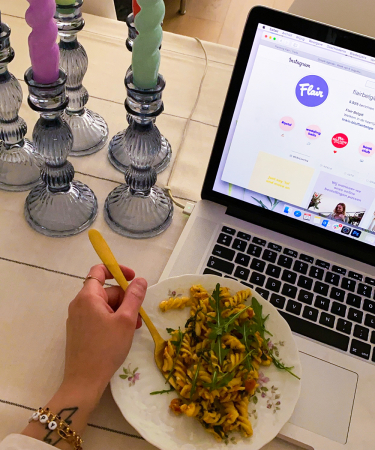"""Socialmediamanager Fien: 'Als socialmediamanager heb ik de """"zware"""" taak om de acties bij Flair zelf uit te testen. Dus offerde ik me op om als lunch de """"spirelli feta tomato"""" alvast voor te proeven.'"""