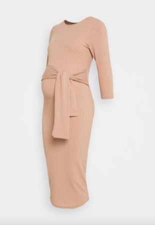 Camelkleurigeribgebreidemidi-jurk met driekwartmouwen en strik