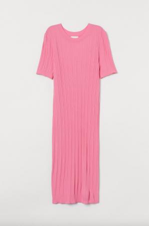 Roze ribgebreide midi-jurk met korte mouwen
