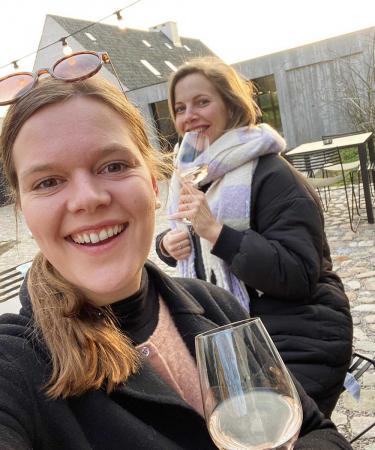 Redactrice Eline en knuffelcontact Jana trotseerden de kou voor het eerste 'terrasje' van het jaar in de mooie B&B Amelhof.