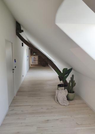 """<span style=""""font-weight: 400;"""">Les poutres en bois et les murs en brique font tout le charme du lieu.</span>"""