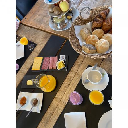 Het perfecte ontbijt met versgebakken broodjes, croissants, verse charcuterie en eitjes uit de tuin.