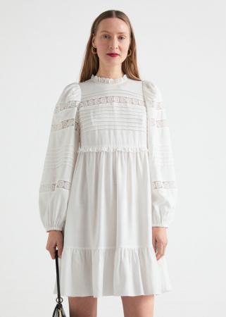 Mini-jurk met ballonmouwen en kanten details