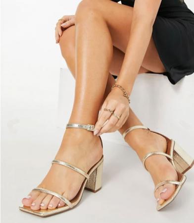 Goudkleurige sandalen met fijne bandjes en blokhak