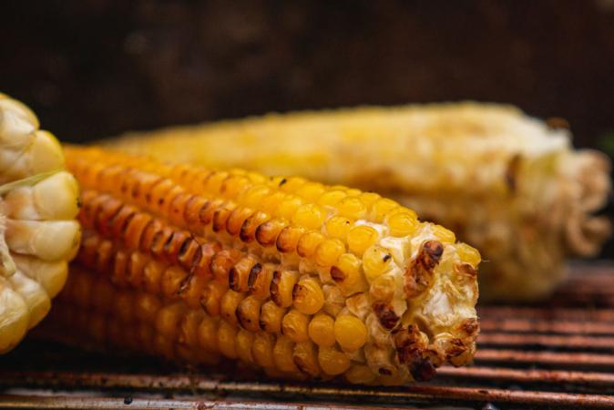 Maïs met jalapeñoboter en geroosterde kokos