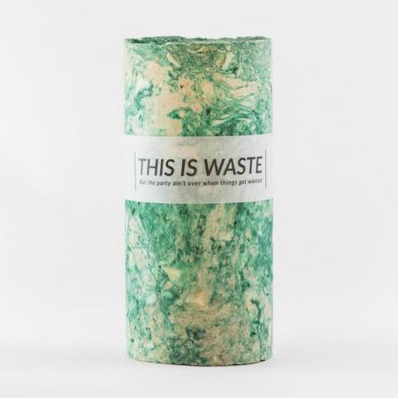 Vaas van gerecycleerde wijnflessen en papierafval